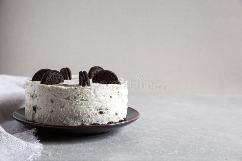 Cremoso no cuocere torta di formaggio con i biscotti del cioccolato dolce del biscotto di oreo immagine stock