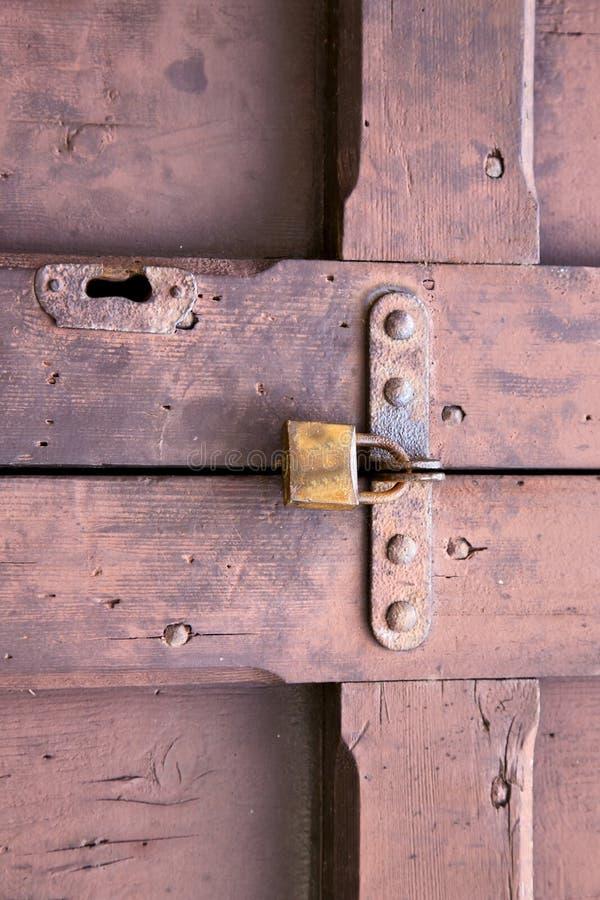 crenna de madeira fechado marrom de bronze oxidado galão da porta do cadeado abstrato fotografia de stock