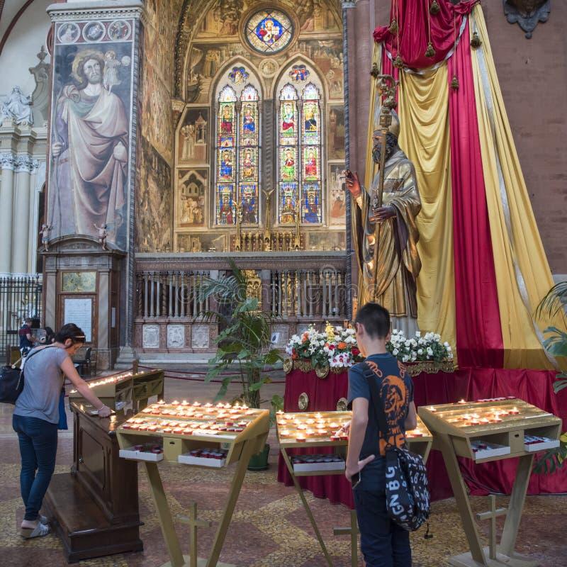 Crentes com velas do votiv, catedral metropolitana do ` s de St Peter, Bolonha fotos de stock