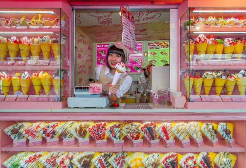 Crepé y vendedor del helado en la calle de Takeshita de Harajuku imágenes de archivo libres de regalías
