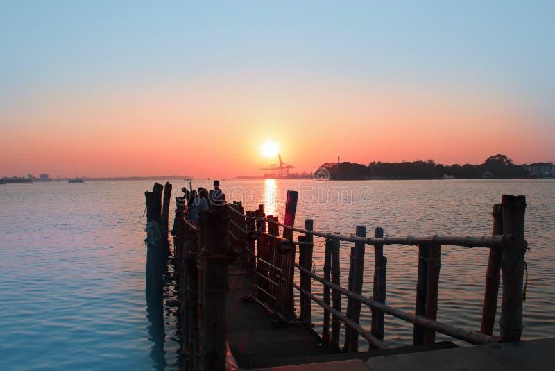 Crepúsculo ambarino velho na noite bonita fotografia de stock royalty free