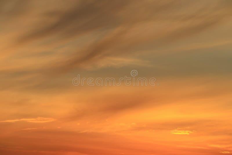 Crepúsculo colorido hermoso de la puesta del sol en cielo azul y nube suave imágenes de archivo libres de regalías