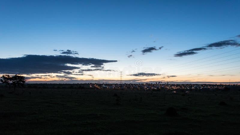 Crepúsculo com um céu azul bonito imagens de stock