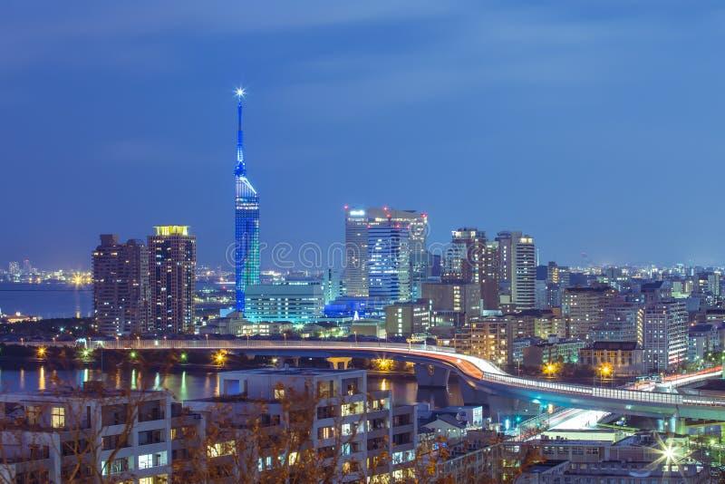 Crepúsculo da arquitetura da cidade de Fukuoka em Kyushu, Japão foto de stock