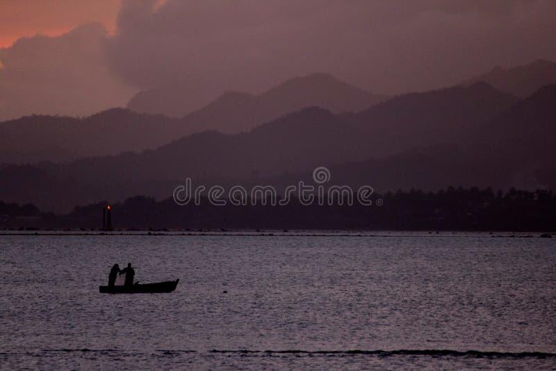 Crepúsculo de aproximação na baía de Suva, Fiji fotos de stock