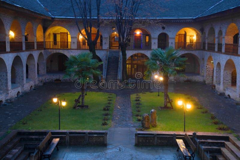 Crepúsculo de enero en el patio de la gran caravanseray Sheki azerbaijan fotos de archivo libres de regalías