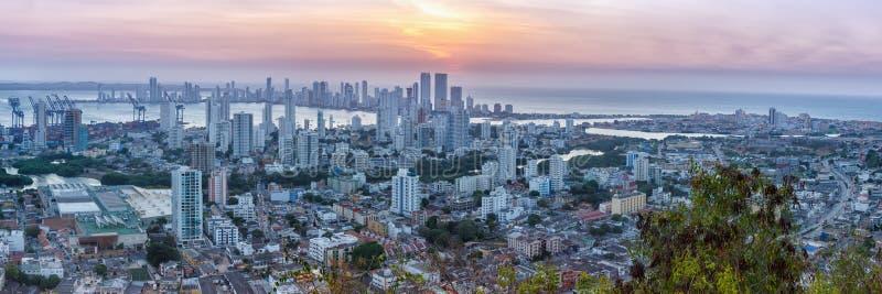 Crepúsculo de la puesta del sol de los rascacielos del mar de la ciudad de Colombia del panorama del horizonte de Cartagena imagen de archivo