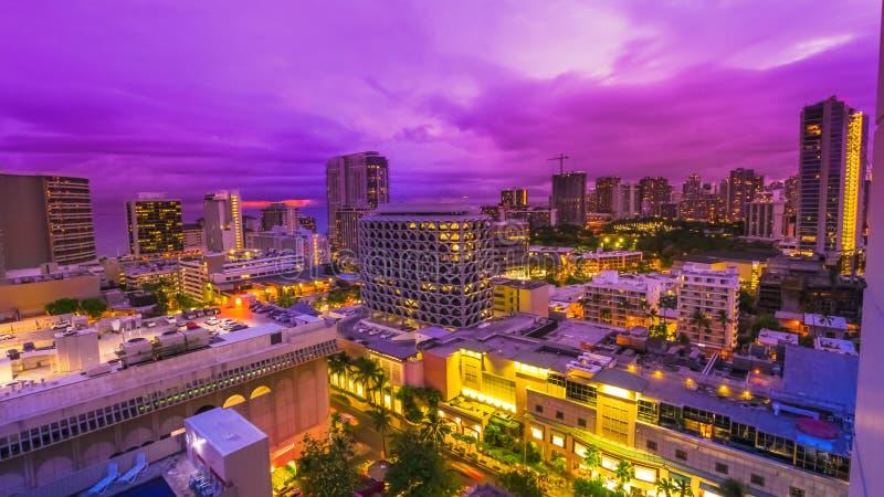 Crepúsculo de la violeta de Waikiki imagenes de archivo