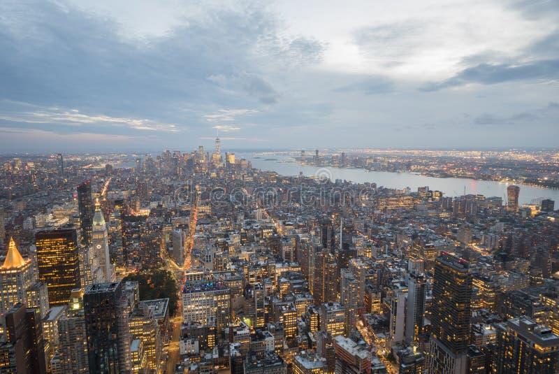 Crepúsculo de Manhattan, Nueva York Visión aérea con el cielo dramático foto de archivo libre de regalías