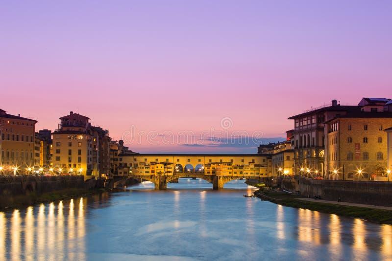 Crepúsculo de Ponte Vecchio a ponte antiga de Florença, Itália imagens de stock royalty free