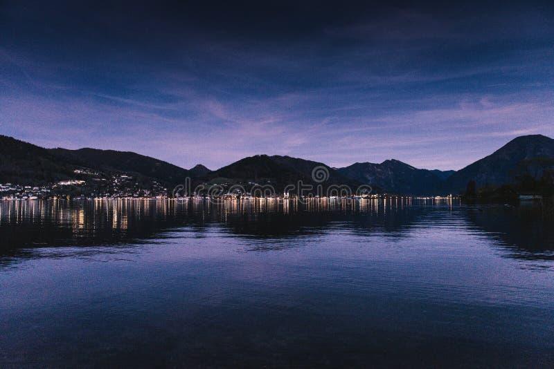 Crepúsculo de Tegernsee em um nivelamento dos outonos foto de stock