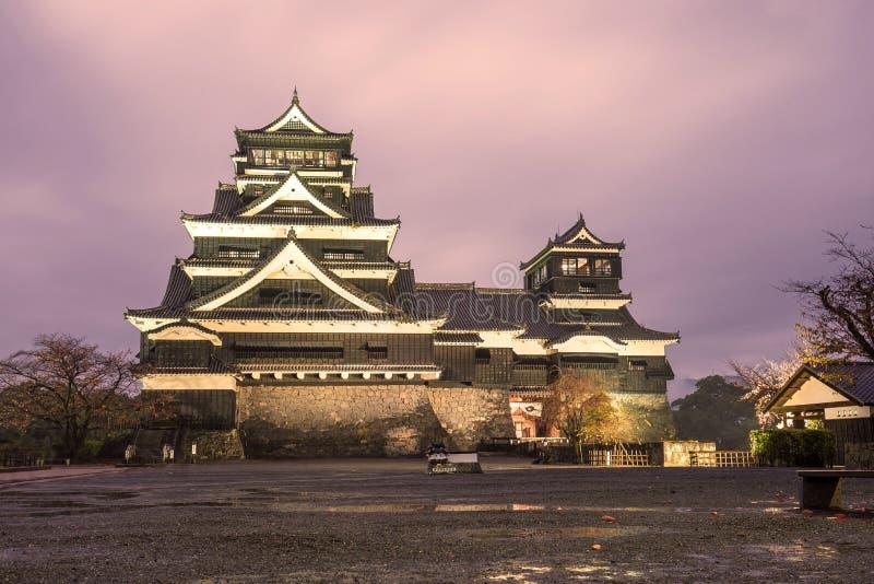 Crepúsculo do castelo de Kumamoto em Kyushu do norte, Japão fotos de stock royalty free