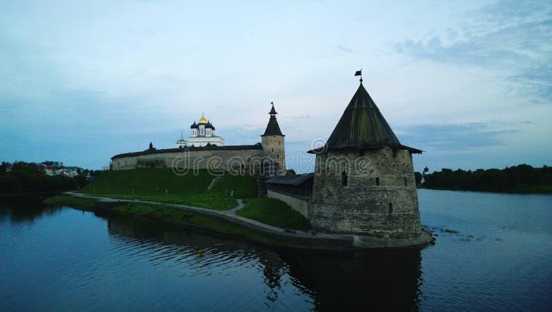 Crepúsculo do Kremlin de Pskov - torre e parede da fortaleza foto de stock