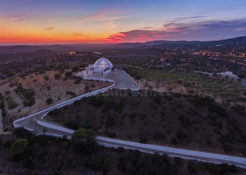 Crepúsculo do por do sol, vista da igreja em Loule imagens de stock royalty free