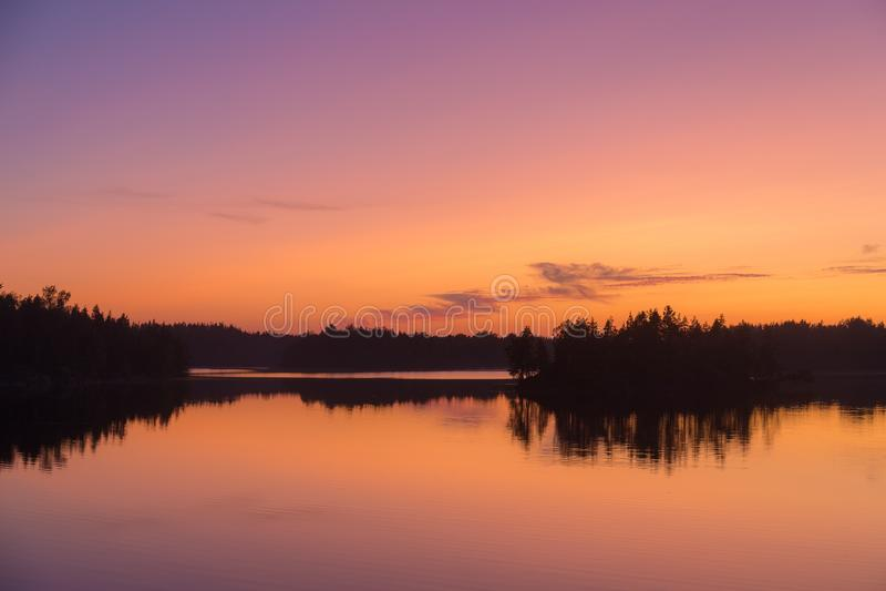 Crepúsculo dramático en un lago del bosque fotos de archivo