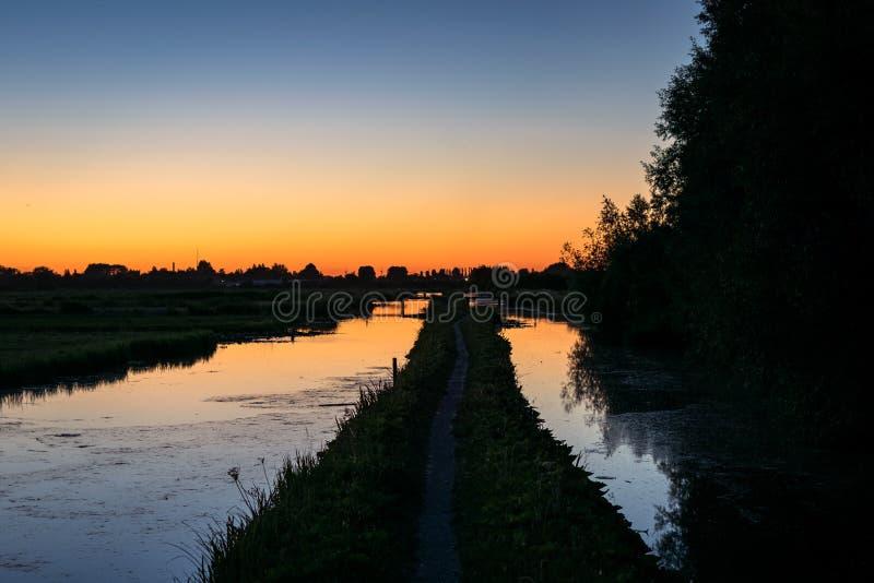Crepúsculo durante o período das noites as mais curtos sobre a paisagem holandesa do po'lder fotos de stock
