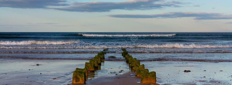 Crepúsculo em uma praia de Northumberland fotografia de stock
