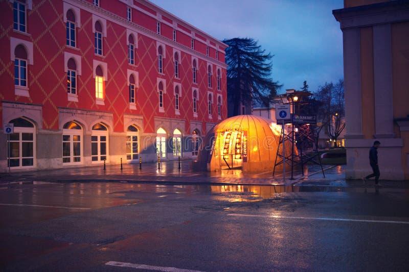 Crepúsculo em vistas principais do centro da cidade de tirana da cidade fotografia de stock