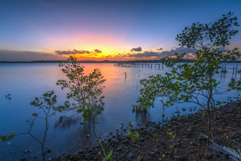 Crepúsculo en el lago lateral fotos de archivo