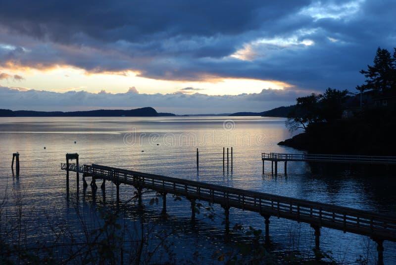 Crepúsculo en el muelle de Olga en la isla Washington de las orcas foto de archivo libre de regalías