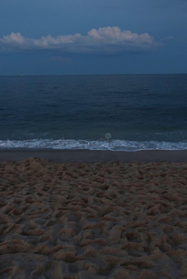 Crepúsculo en el océano con la nube foto de archivo