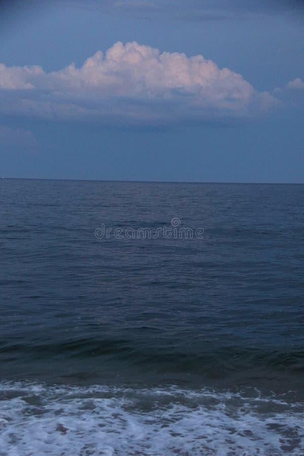 Crepúsculo en el océano con la nube fotografía de archivo libre de regalías