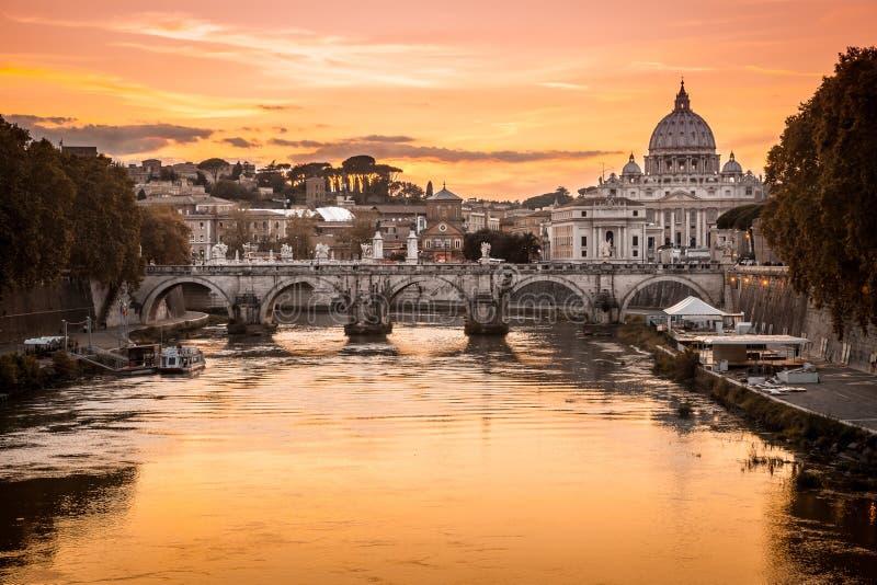 Crepúsculo en el río de Tíber con la vista de la bóveda del Vaticano del santo Peter Basilica y Sant 'Angelo Bridge en Roma, Ital fotos de archivo libres de regalías