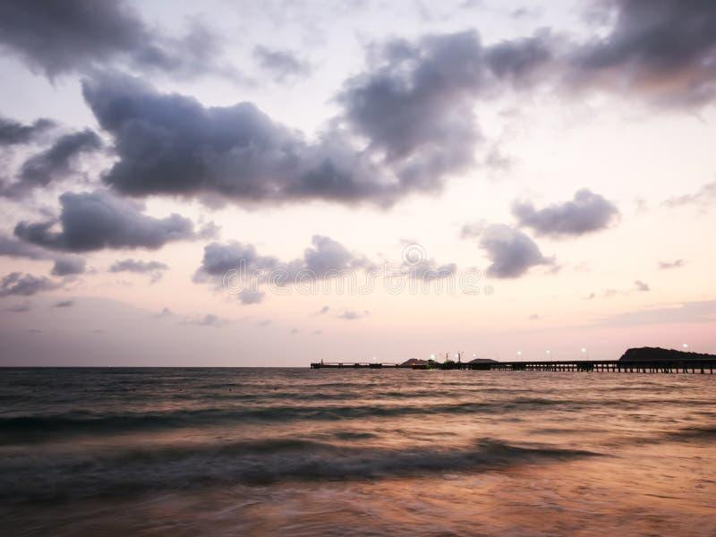 Crepúsculo en Nang Ram Beach - imagen de archivo
