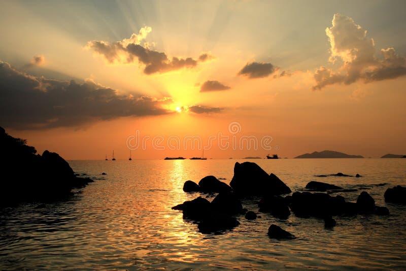 Crepúsculo hermoso en el mar de Andaman, paisaje de la puesta del sol foto de archivo libre de regalías