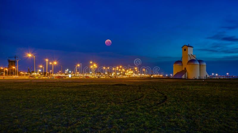 Crepúsculo/hora azul com a lua do sangue na praia de San Jose de Encarnacion em Paraguai foto de stock royalty free