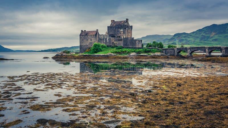 Crepúsculo impressionante sobre o loch em Eilean Donan Castle, Escócia imagem de stock
