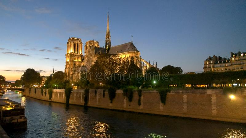 Crepúsculo na catedral de Notre Dame em Paris foto de stock royalty free
