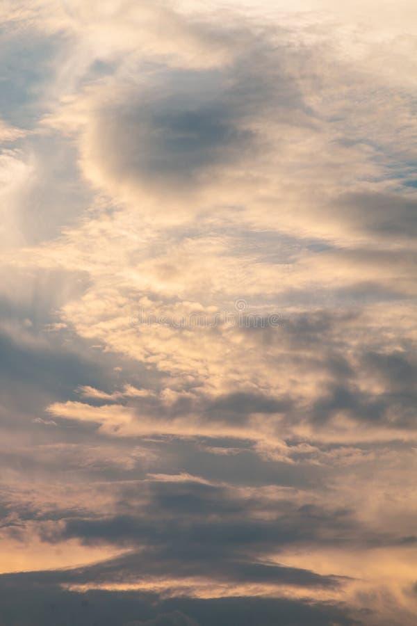 Crepúsculo na noite, fundo do céu do ouro com nebuloso branco, fotos de stock royalty free