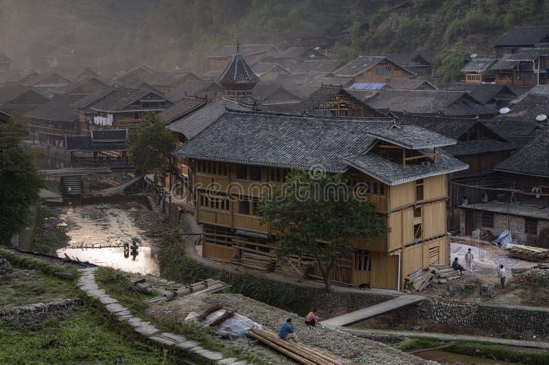 Crepúsculo na vila da minoria étnica do dong, Guizhou de Zhaoxing, C fotografia de stock royalty free