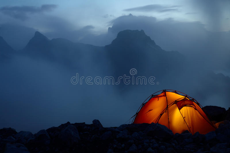Crepúsculo nas montanhas imagens de stock royalty free