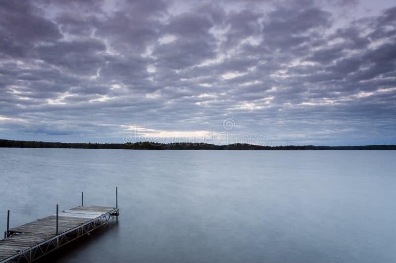 Crepúsculo no lago 3 foto de stock royalty free