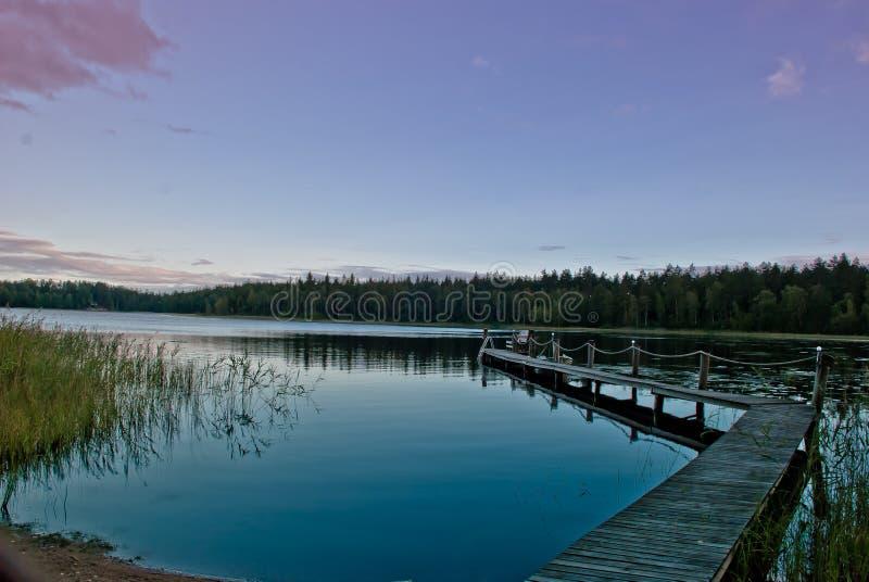 Crepúsculo no lago em Finlandia foto de stock