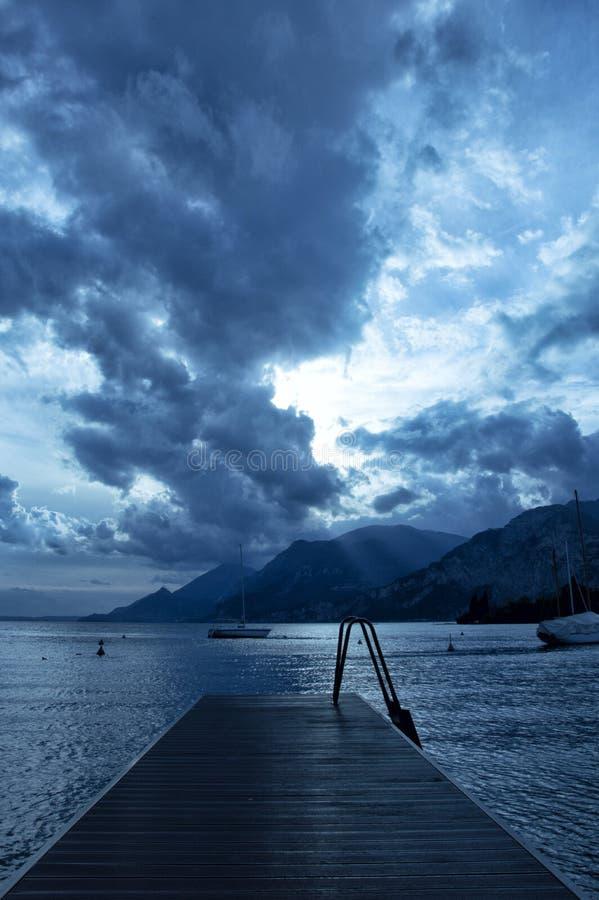 Crepúsculo no lago Garda foto de stock royalty free