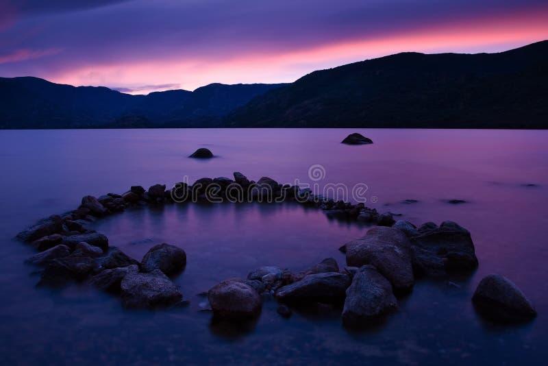 Crepúsculo no lago Sanabria, Spain imagem de stock