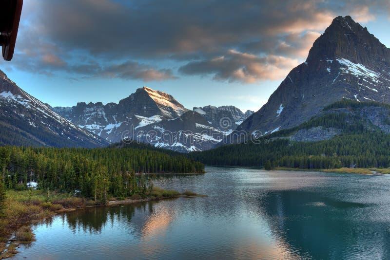 Crepúsculo no lago Swiftcurrent, parque nacional de geleira, Montana, EUA imagens de stock royalty free
