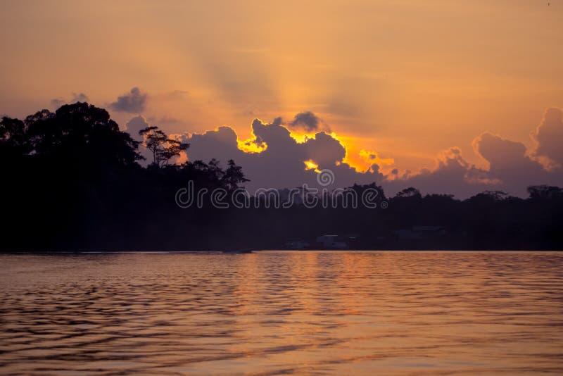 Crepúsculo no rio de Kinabatangan imagem de stock royalty free
