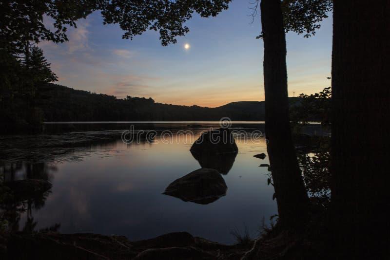 Crepúsculo por el lago foto de archivo