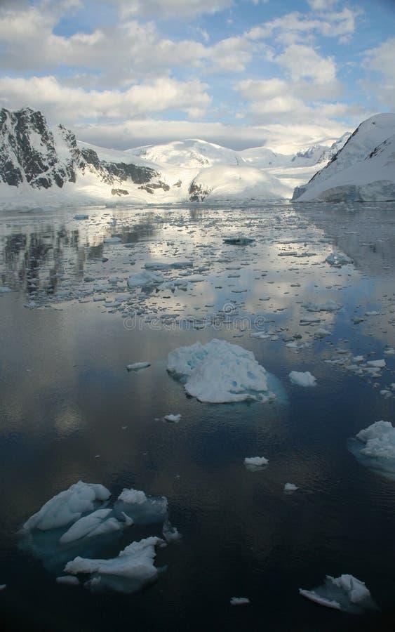 Crepúsculo: Reflec gelado das montanhas imagem de stock royalty free