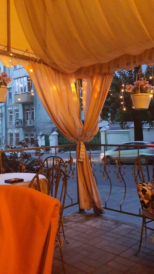 Crepúsculo romântico do café da cidade fotos de stock royalty free