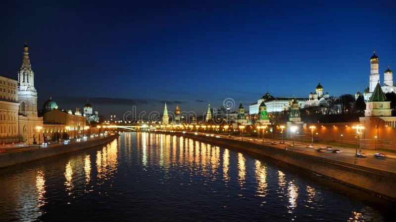 Crepúsculo sobre a cidade de Moscou - Moscou na noite fotografia de stock