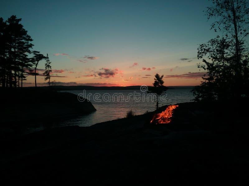 Crepúsculo sobre a fogueira foto de stock royalty free