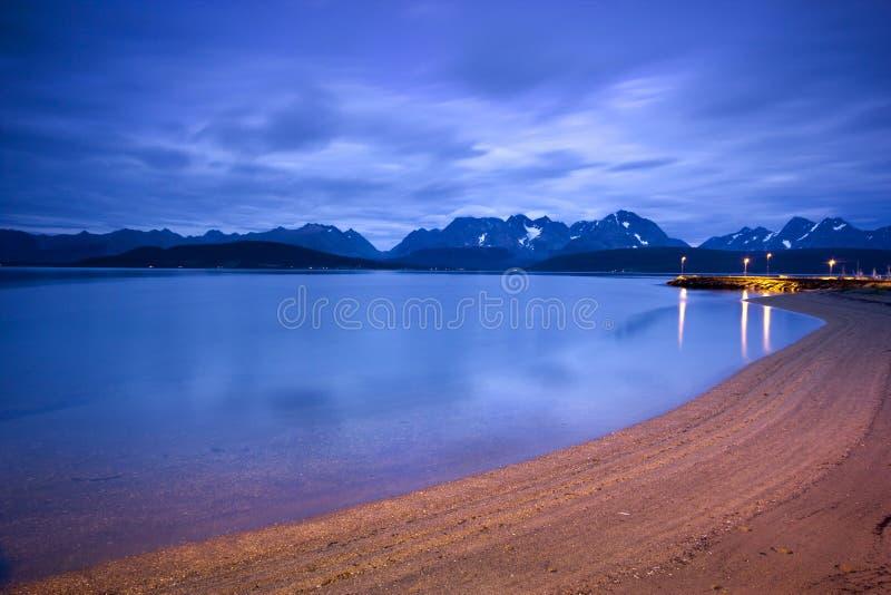Crepúsculo sobre las montan@as de Lyngen en Noruega norteña fotos de archivo