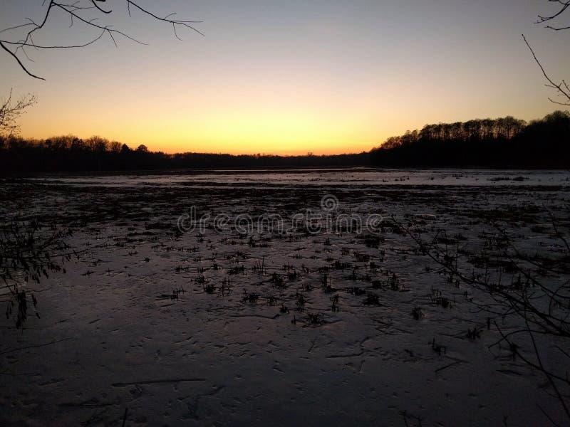 Crepúsculo sobre o lago do inverno fotos de stock royalty free