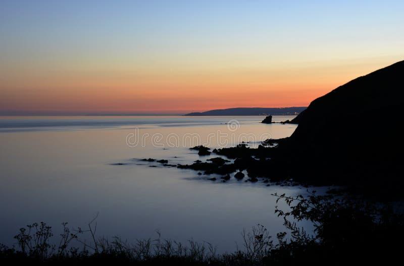Crepúsculo sobre o mar imagem de stock