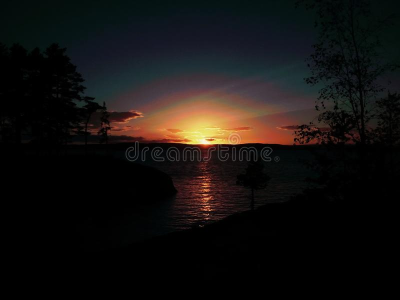 Crepúsculo sobre um mar fotografia de stock